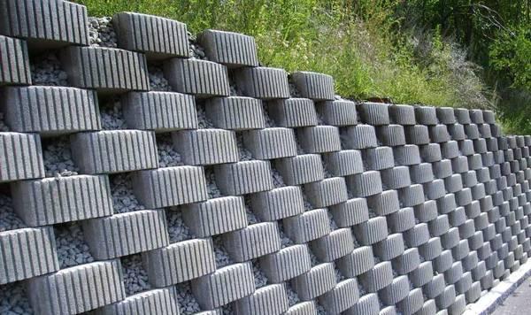 Бетонови кашпи - стена